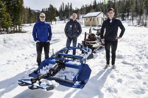 Ny sporsetter er noe av utstyret som Åga IL har investert i. Støtten fra Sparebank 1 Helgeland kommer godt med. Fra v: Åga ILs Tore Bjørnstad og Trond Aarthun samt banksjef Rolf Einar Jensen.