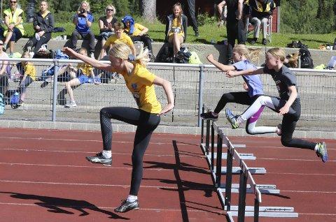 FART OG SPENNING: Deltakere fra sju klubber deltok på Kippermoen, og dermed ble det mange spennende konkurranser med god deltakelse. Her fra 60 meter hekk for jenter 11 år. Foto: Stian Forland