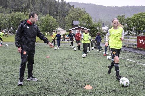 Roger Mathisen har vært instruktør ved Rana Fotballskole i 16 år. Her er det Helle Kristensen som får tips i treningen på årets skole som foregår på Ytteren Stadion denne uka.