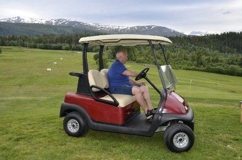 Polarsirkelen Golf har investert i to golfbiler som skal lånes ut til brukere av banen. – Vi har folk som er over 80 og som ikke har kapasitet til å gå rundt hele banen. Bilene kommer godt med, sier Sigmund Kjelstad.
