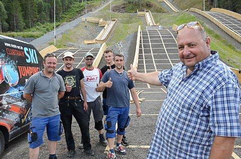 Peter Riedel og hans tyske kollegaer er imponert over det nye hoppanlegget. Foto: Trond Isaksen