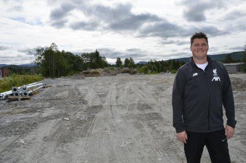 Olav Anfinn Olsen styrer mye av arbeidet med den nye kunstgressbanen på Storforshei. – Vi må være fedig i løpet av sommersesongen, sier han. Foto: Trond Isaksen