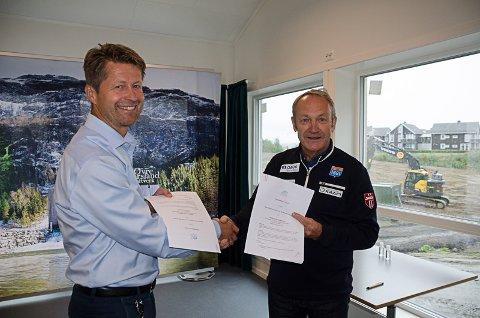 Helgeland Krafts Arild I. Markussen og landslagets Ivar Stuan med avtalen de skrev under i Fageråsen tirsdag. Foto: Trond Isaksen