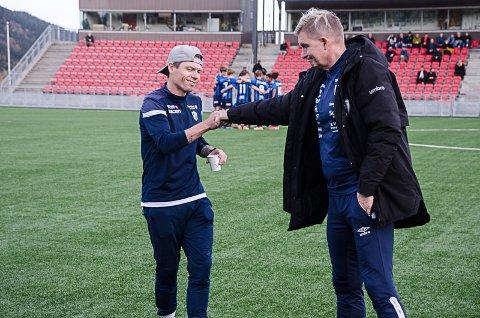 Stabæk 2-trener Bjørn Helge Rise hilser på Rana FK-trener Thor A. Olsen før kampstart.. Foto: Trond Isaksen