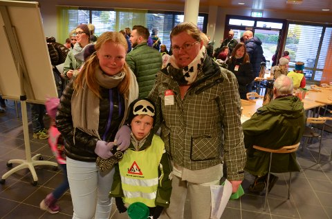 Mange ivrige bøssebærere på Fagerlund skole ved TV-aksjonens start søndag ettermiddag. Her ser vi Monica Andreassen, Hans Emil Knarud og Cassandra Parthaugen.