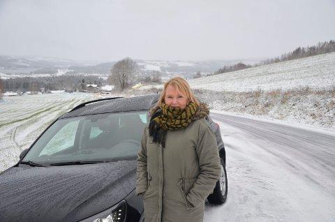 Beate Kongshaug i Mørkvedbakken. Sveip videre for å se flere bilister med trøbbel på vinterføre
