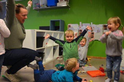 Siv Martinsen i Øverkvern Fus barnehage jubler sammen fornøyde unger. – Det er godt for oss å vite at vi gjør en god jobb. Foto: Jeanette Sandbæk Håland