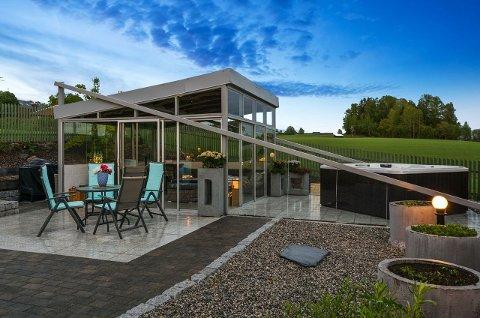 LYSTHUS: Dette lysthuset ligger på eiendommen og er inspirert av Operahuset i Oslo.