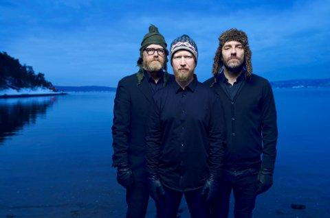 Store ting på gang: Helge Lien (foran) Trio med  Mats Eilertsen og Per Oddvar Johansen har fått en sært spennende invitasjon.