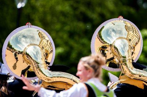 OSLO  20190517. Slottsplassen gjenspeiles i tubaene fra  barnetoget som går forbi Slottet 17. mai. Foto: Berit Roald / NTB scanpix