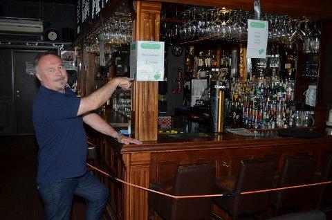 BER OM SKJERPING: Pubvert Odd Arne Ørbakk på Brødr. Stensby's i Elverum påpeker at enmetersregelen er til for å overholdes. Han ber publikum skjerpe seg for å unngå en ny nedstengning av serveringsstedene.