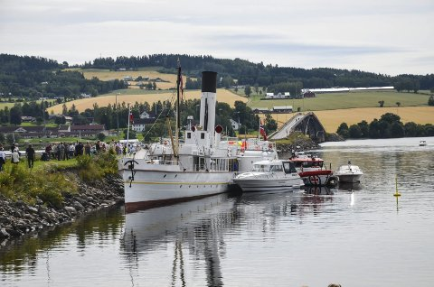Båten og brua: Skibladner kan få trøbbel ved Nesbrua (bak) om vannet stiger sju cm mer enn mandag formiddag. Foto: Arkiv