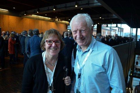 HAR IKKE GITT OPP: Hamar-ordfører Einar Busterud (BBL), her sammen Sykehuset Innlandet-sjef Alice Beathe Andersgaard, mener den nye regjeringsplattformen åpner for et nytt sykehus i Hamar.