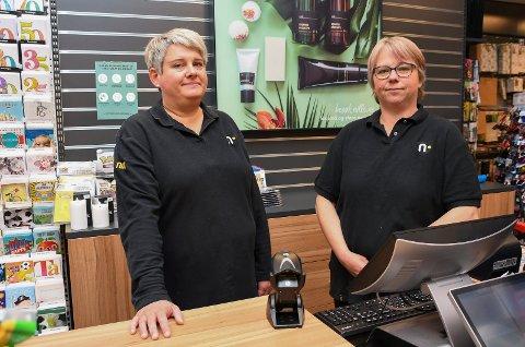 På jobbjakt: Stine Håkensveen (t.v.) og Trine-Lise Mikkelsen kan skilte med langt fartstid ved Nille-forretningen i Parkgården. Nå er begge i gang med å søke nye jobber.