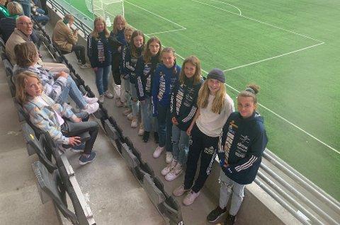 Koste seg på kamp. Tilde Baadshaug, Maren Pedersen, Ada Berge Kleven, Ingeborg Farlund, Marie Lyngby, Hanna Flobakk, Rikke Bræin, Jenny Bjerkøy og Tiril Kroken fra Brumunddal J-08.