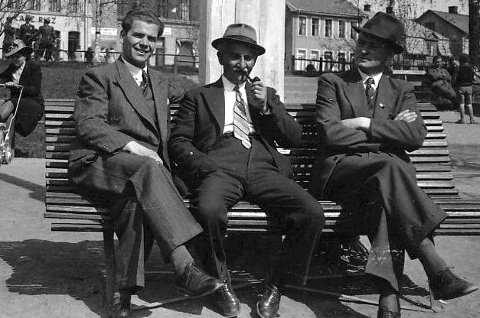 Barberer Einar Simensen, Alexander Scharff og kjøpmann Rich. Bjørnholdt på en benk i Nordre Park i begynnelsen av 1940-årene.