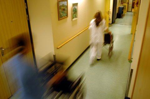 SMITTE: En ansatt ved Nes omsorgssenter har fått påvist korona. Foreløpig er det ikke avdekket smitte hos flere ansatte eller beboere. Illustrasjonsfoto.