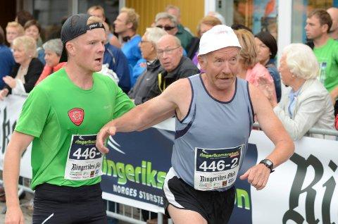 Far og sønn Arne Erik og Stian Håkonsen veksler på Søndre torg i parmaratonklassen.