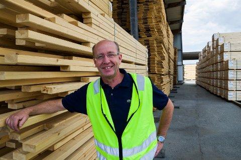 GODT ÅR: Soknabruket produserer mer trelast enn før, og kan vise til en økning i omsetningen på 45 millioner kroner i fjor. Direktør Atle Nilsen er fornøyd.