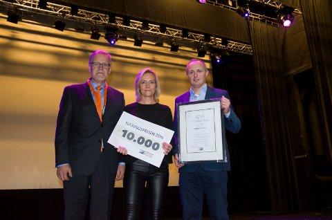 Jan Erik Gjerdbakken i RNF delte ut Næringsprisen 2016 til Kuben og senterleder Anne Trine Høibakk og eiendomssjef Erling Skovli.