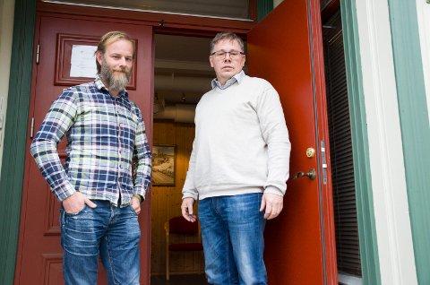 Mons-Ivar Mjelde (Ap) og Terje Berghagen (LO) åpner dørene til LO-huset på Nordre torg.