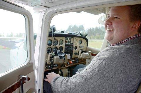Jørn Inge Andreassen Frøshaug fikk prøve seg bak spakene på et Cessna-fly.