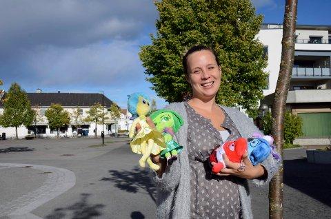 """Kommunepsykolog Cecilie Skupinska Løvset håper mange kommer for å se filmen """"Innsiden ut"""". I handa holder hun figurene som symboliserer de ulike følelsene."""