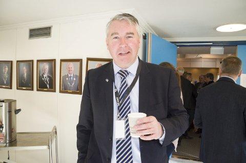 Fornøyd: Stortingsrepresentant Trond Helleland (H) skåler i kaffe for Ringeriksbanen og ny E16. Han mener Ringeriksregionen er en vinner i statsbudsjettet.