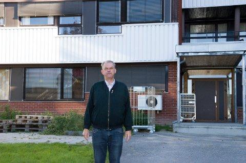 Runar Johansen (H) foran Norderhovhjemmet som skal rives for å gi plass til nye omsorgsboliger.