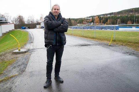 Bård Brørby (SV) mener det er unødvendig å sette opp bom til stadionmrådet her. Han mener det bare vil føre til mye kaosparkering.