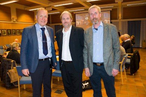 Ordfører Lars Magnussen (Ap), Bård Brørby (SV) og Harald Antonsen (Sp) er godt fornøyd med å ha kommet til enighet om budsjettet. De fikk også med seg de andre partiene i kommunestyret.