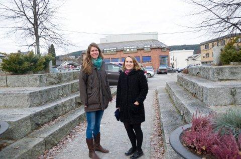 Arkitektene Kristin Spradbrow Treloar og Ida Therese Grande mener torget på Nesbakken kan bli utnytet langt bedre enn i dag, men de vil gjerne høre folkets mening.