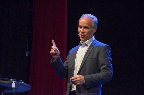 Kommunalminister Jan Tore Sanner (H) mener kommunene bør slå seg sammen.