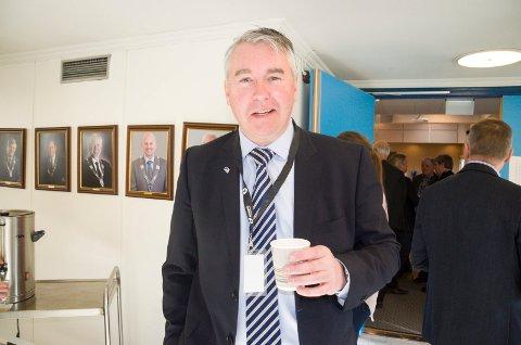 Stortingsrepresentant Trond Helleland (H) skåler i kaffe for Ringeriksbanen og ny E16. Han mener Ringeriksregionen er vinneren i forslaget til NTP.