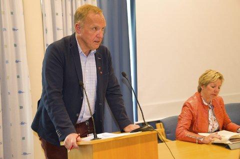 Jevnaker-ordfører Lars Magnussen (Ap) kunne tirsdag kveld konstatere at et stort flertall i kommunestyret ønsker at Jevnaker skal bestå som egen kommune. Rådmann May Britt Nordli i bakgrunnen.