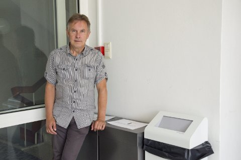 Helge Stiksrud (V) håper at resultatet av kildesorteringen i rådhuset blir bedre enn den er nå. Dunkene er godt merket.