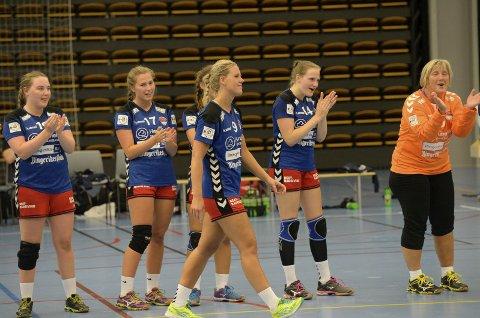 Madeleine Brørby Fivelsdal klappes fram av lagvenninnene for å motta prisen som beste HSK-spiller mot Gjerpen. HSK tapte 22-36, men Madeleine var kampens store spiller de siste 40 minuttene.