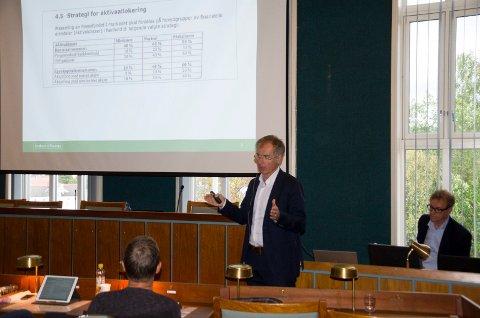 Knut Jorde, fondsforvalter i Industrifinans, forklarer lokalpolitikerne hvordan de jobber med Fossefondet.