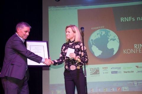 Haakon Tronrud mottar RNFs næringspris for 2017 av Anne Trine Høibakk, Kuben, som vant prisen i fjor.