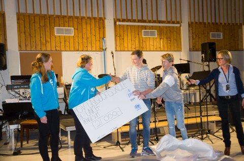 Elisabeth Bjønnes (Unicef) og Kari Helene Kristiansen (fylkesleder for TV-aksjonen) er glade for pengene de får fra elevene Sebastian Ask og Mads Volden. Rektor Tone Sandvik er også fornøyd.