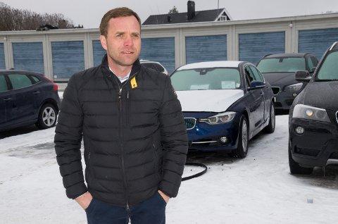 Krister Sørgård, daglig leder i Bilia Hønefoss, er kraftig irritert over at tyver brøt seg inn i ni BMW-er i natt. BMW-en i bakgrunnen har fått store skader etter tyvenes framferd.