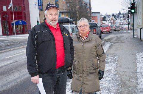 Lars Velsand og Bodil Linderud merker ofte en dårlig luftkvalitet i Hønefoss om vinteren. De håper kommunen vil starte med målinger og gjøre tiltak for å få ned biltrafikken.
