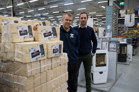 Vidar Antonsen, varehusleder hos Obs Bygg på Hvervenkastet og Svein Bjerke, fra Norwegian Firewood er fornøyde med å kunne tilby miljøriktige vedbriketter.