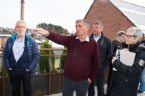 Haakon Tronrud forklarer hvordan han tenker seg å utvikle Øyaområdet til politikerne Alf Meier (Ap), Dag E. Henaug (H), Iren Rannekleiv (Ap) og Anne Marit Lillestø (V).