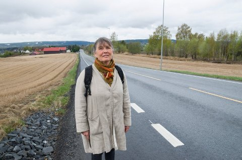 Nanna Kristoffersen synes det er et stort behov for en ordentlig gang- og sykkelvei. Veiskulderen på strekningen hjelper, men er ingen fullgod løsning.