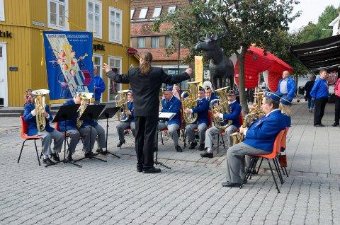 Dirigent Yngve Rubach og Austjord musikkorps åpnet Ringeriksdagen. (Arkivfoto: Karoline Aursland)