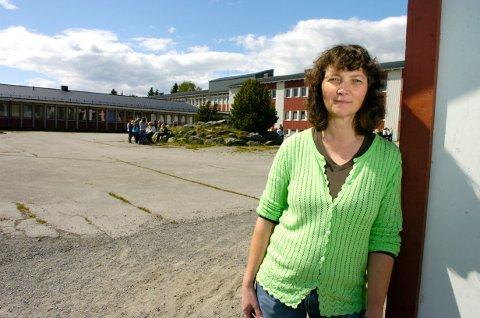 MÅ SØKE: Eyvor Jahren er konstituert rektor ved Jevnaker ungdomsskole. Nå ønsker hun fast jobb.