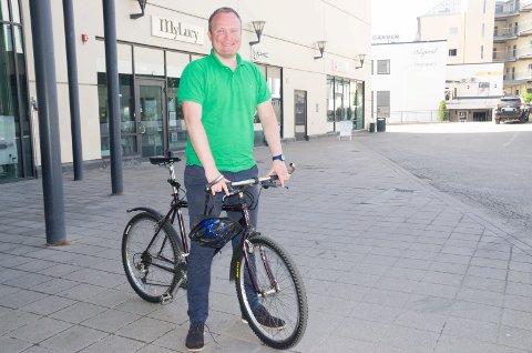 Hans Petter Aasen (Sp) har selv vanlig sykkel, men vil at flere skal ta i bruk elsykkel. Derfor ønsker han at kommunen skal bidra med penger til dem som vil kjøpe.