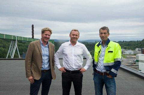 Pelle Gangeskar (Ringerike utvikling) og Rolf Jarle Aaberg (Treklyngen) er glad for at Kristian Osestad i CryptoOne etablerer et datasenter på Follum.