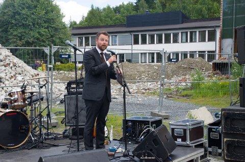 Kunnskapsminister Torbjørn Røe Isaksen (H) ga råd til studentene ved semesterstart. I bakgrunnen viser byggearbeidene at det skjer ting ved høyskolen.